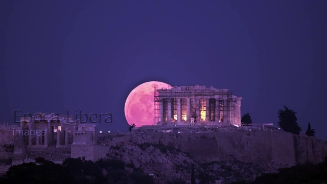 4K: Super Blue Blood Moon rises behind the Acropolis in Greece