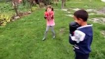 Une petite fille met une raclée à un garçon pendant un combat de boxe