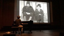 Folle journée : Chaplin au piano