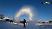 Омский мороз настолько суров, что превращает кипяток в снег