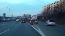 Un idiot en BMW prend la sortie au dernier moment