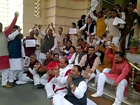 BJP MLAs supporting note ban while Congress-RJD protesting, Watch it