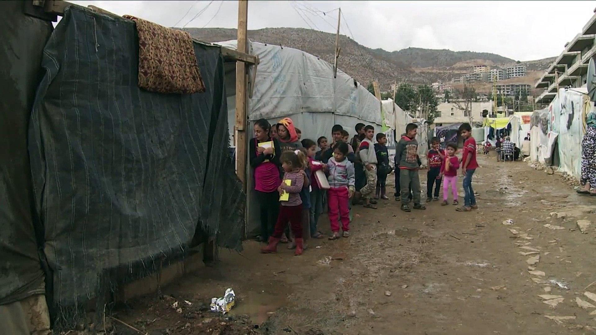 No Líbano, uma refugiada síria transforma sua casa em uma escola
