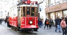 Taksim'de Nostaljik Tramvay Kablolara Takıldı, Seferler Durdu