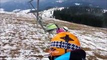 Une skieuse se retrouve coincée sur un télésiège dans une position très inconfortable