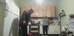 Russie : Une femme met une violente correction à son mari qui joue au ballon dans la cuisine (Vidéo)