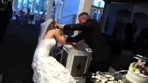 Quand ton mariage dégénère pendant la découpe du gateau... La mariée n'est pas contente du tout