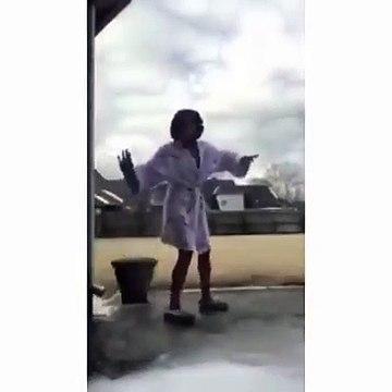 Cette débile sort sur son balcon verglacé et va le regretter... Douloureux