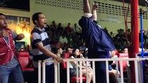 Ces 3 entraineurs de Box Thai sont parfaitement synchro... Et c'est tellement drole