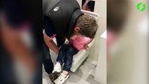 Il retrouve son fils coincé dans la cuvette des toilettes