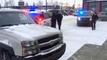 Des passants coincent un voleur dans la voiture qu'il tentait de voler !