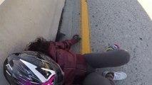 Une femme en moto ne peut pas éviter une voiture qui se déporte