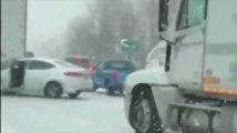 Une femme sort de justesse de sa voiture pour éviter un camion qui lui fonce dessus !