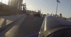 Un motard fait tomber sa GoPro en partant, un piéton la ramasse et lui renvoie !