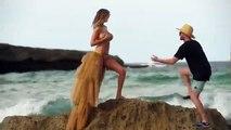 """Kate Upton, posant topless pour le magazine """"Sports Illustrated"""", tombe de son rocher frappé par une vague et dégringole dans l'eau"""