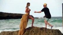 """Kate Upton, posant topless pour le magazine """"Sports Illustrated"""", tombe de son rocher frappé par une vague et dégringole"""