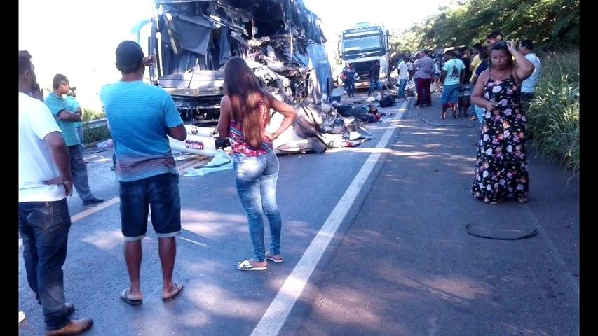 Ônibus que saiu de Cajazeiras para o Goiás se envolve em acidente deixando mortos e feridos