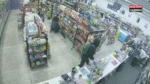 Deux voleurs interviennent pour arrêter un braqueur dans un magasin (Vidéo)