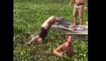 Sauter du bateau et se frapper la tête lamentablement... bien joué !