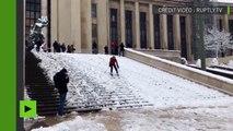 Un Parisien fait du ski sur les marches du Palais de Chaillot