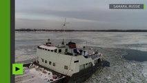 Un bateau coincé dans la glace de la Volga filmé par un drone