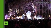 Barcelone allume les illuminations de Noël en hommage aux victimes des attaques terroristes