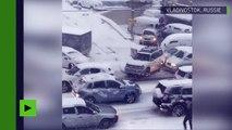 Dans l'extrême-orient russe, des voitures ne peuvent éviter la glissade créant un ballet original
