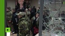 Des ultra-nationalistes ukrainiens saccagent une salle d'audience à Kiev