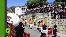Espagne : des boules géantes dévalent les rues de Mataelpino