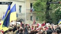 Le défilé du Régiment immortel perturbé par des nationalistes à Kiev, un policier blessé