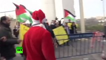 Une manifestation de Pères-Noël palestiniens tourne à l'affrontement à Bethléem