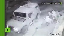 Soldats de l'armée de la défense de l'Israël jettent une grenade contre les résidents de Ramallah