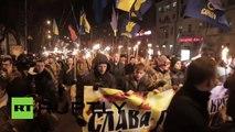 Ukraine : des nationalistes mettent le feu à des pneus lors d'une marche aux flambeaux à Kiev