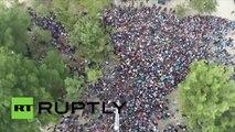 Des milliers de migrants filmés par un drone au poste frontière d'Idomeni (Grèce)