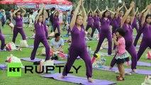 Chine : séance de yoga collectif pour femmes enceintes à la veille de la fête des Mères