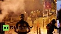 Grèce : des anarchistes jettent des feux d'artifice à la police