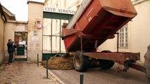 Des agriculteurs français ont encombré la mairie de Chartres avec du fumier