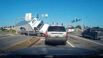 Les passagers de cette voiture ont vu la mort de prêt quand un camion est venu se retourner devant eux