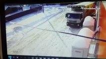 Une mamie frôle la mort en passant devant un camion qui ne l'a pas vue.