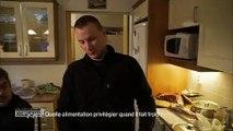 Michel Cymès et Adriana Karembeu goûtent une spécialité finlandaise : des crêpes... au sang de rêne ! Regardez