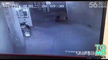 VIDEO BANG BANG: Une piétonne se fait tirer dessus en pleine rue.