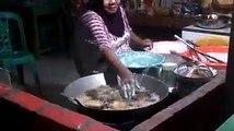 Cette cuisinière plonge ses mains dans l'huile bouillante... Incroyable
