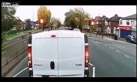 Embrouille entre un cycliste et chauffeur de camion ! a mains nues sur l'autoroute