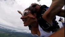 Chica queda inconsciente en salto en paracaídas