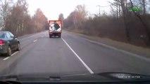 Deux voitures doublent un camion, ça tourne mal