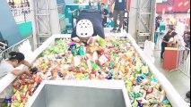 Jeu de pince géante : il attrape des sachets de bonbons !