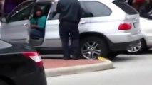 Un femme hystérique veut partir avec un sabot sur sa voiture