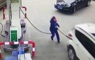 Ce conducteur fait une grosse boulette en partant alors que l'employée fait le plein d'essence !
