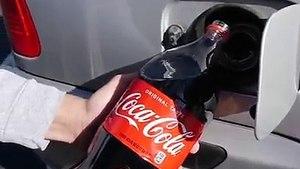 Në vend të naftës e mbush BMW-në me Coca Cola, ja çka ndodhi më pas (VIDEO)