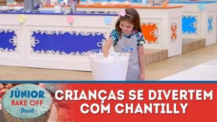 Crianças se divertem em prova com chantilly